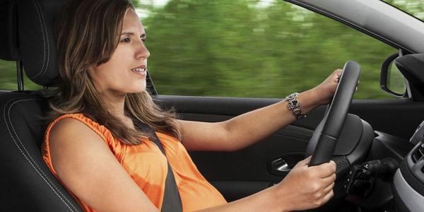 Que medidas de seguridad debe seguir una mujer embarazada al volante