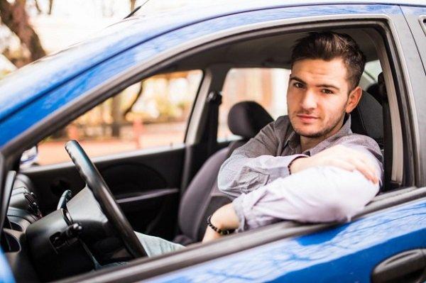 Qué puede pasar si el conductor de un vehículo prestado es menor de 25 años